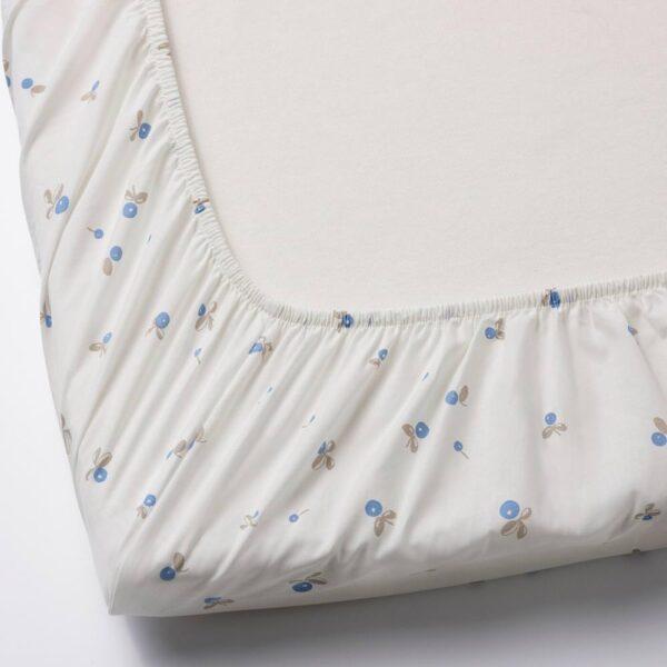 РЁДХАКЕ Простыня натяжн для кроватки, белый, орнамент «черника», 60x120 см - 204.438.55
